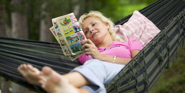 Kvinna läser i hängmatta